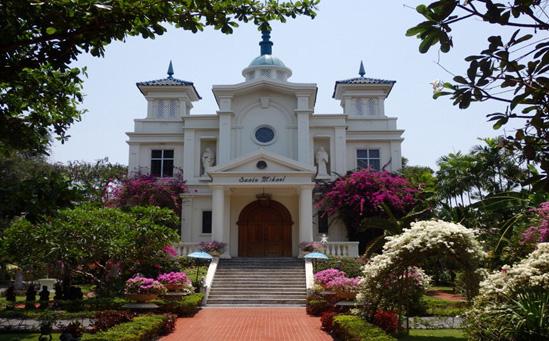 物語に出てきそうなかわいらしい外観のサントミカエル教会